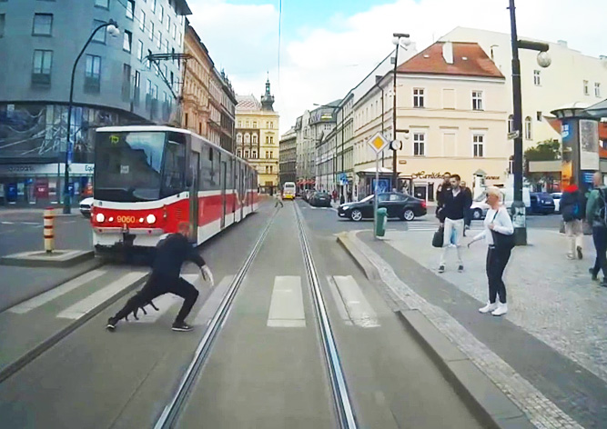 Подборка случаев безрассудства на трамвайных путях Праги: видео