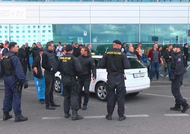 Таксисты устроили «охоту» на водителей Uber у аэропорта Праги: видео