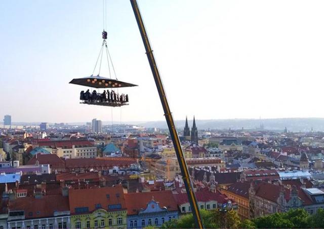 В центре Праги открылся аттракцион «Ужин в облаках»