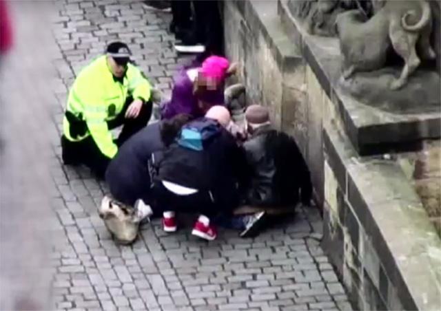 Очевидцы спасли жизнь туристу на Карловом мосту: видео