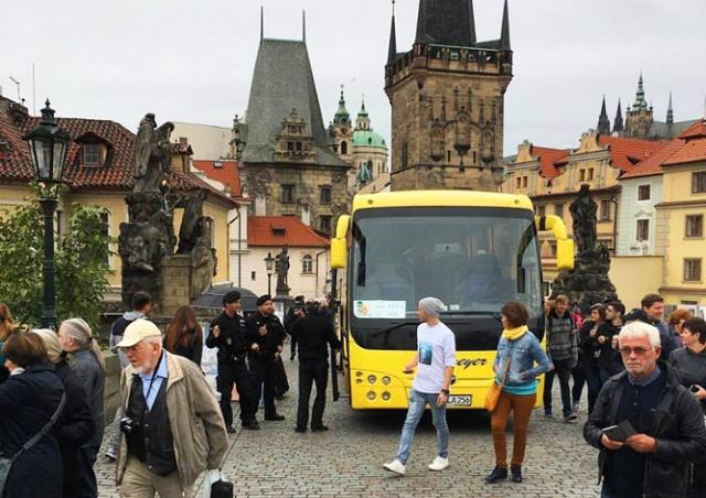Бдительность по-пражски: автобус беспрепятственно выехал на Карлов мост