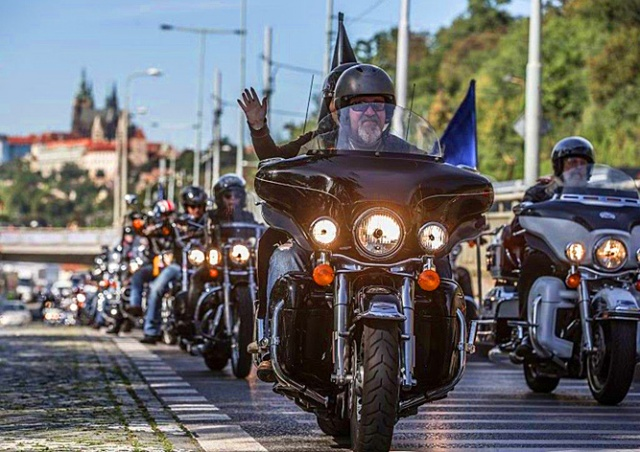 По улицам Праги проехали 1500 мотоциклов Harley-Davidson: видео