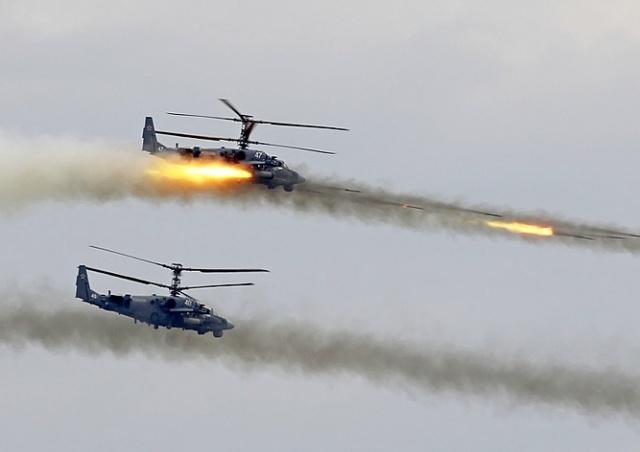 На учениях в России вертолет случайно обстрелял зрителей: видео