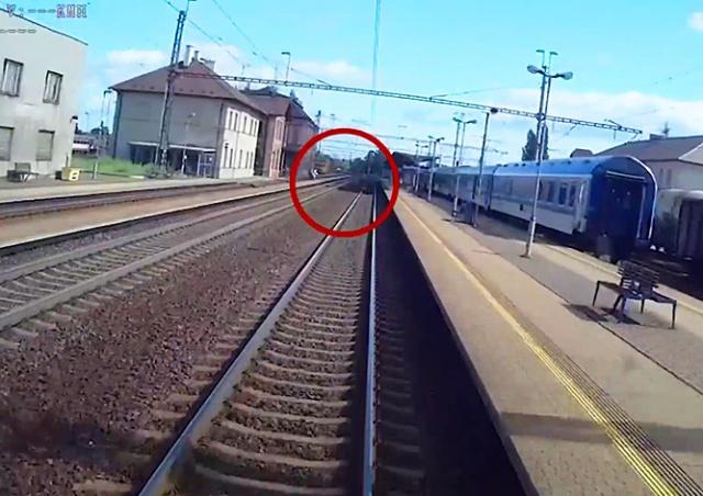 В Чехии пассажиры бросились помогать упавшему на пути пенсионеру: видео