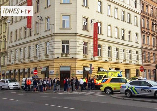 Иностранец выпал из окна отеля в центре Праги