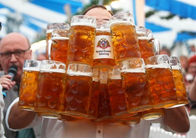 Немец установил новый мировой рекорд по переноске кружек с пивом