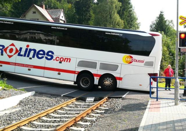 Автобус застрял на железнодорожном переезде в Чехии: видео