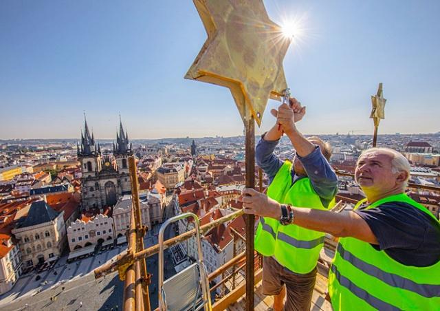 Реставраторы обнаружили в башне Староместской ратуши послание потомкам