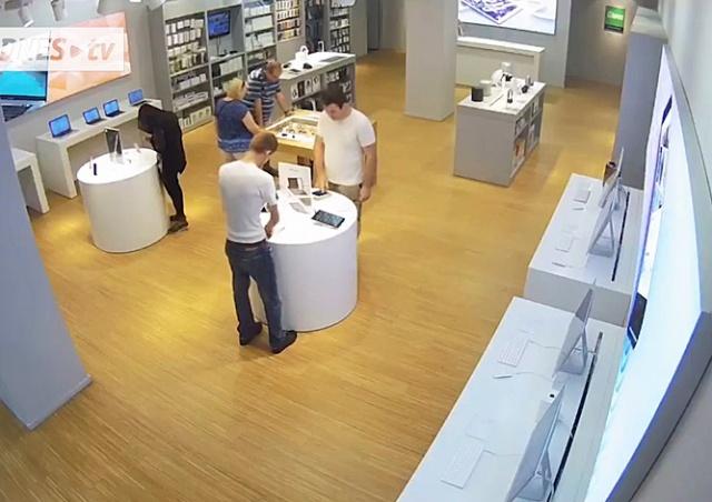 Командная кража планшета из пражского магазина попала на видео