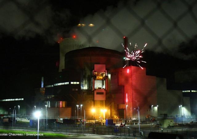 Охрана на уровне: экологи ворвались на АЭС и устроили там фейерверк