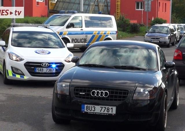 В Праге не желавшая платить штраф девушка наехала на полицейского