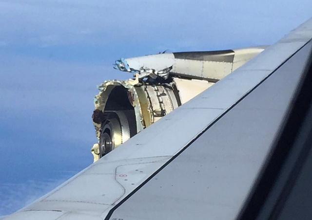 У пассажирского А380 в полете развалился двигатель: видео