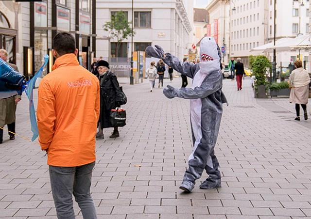 В Австрии по закону о запрете паранджи оштрафовали человека в костюме акулы