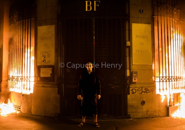 Петр Павленский поджег Банк Франции в Париже