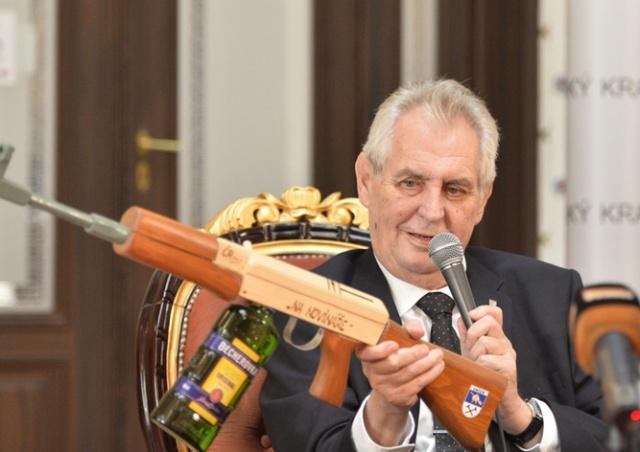 Президенту Чехии подарили автомат для борьбы с журналистами