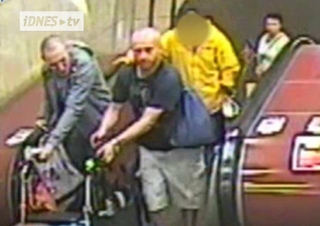 Неизвестные под предлогом помощи обворовали пенсионерку в метро Праги: видео