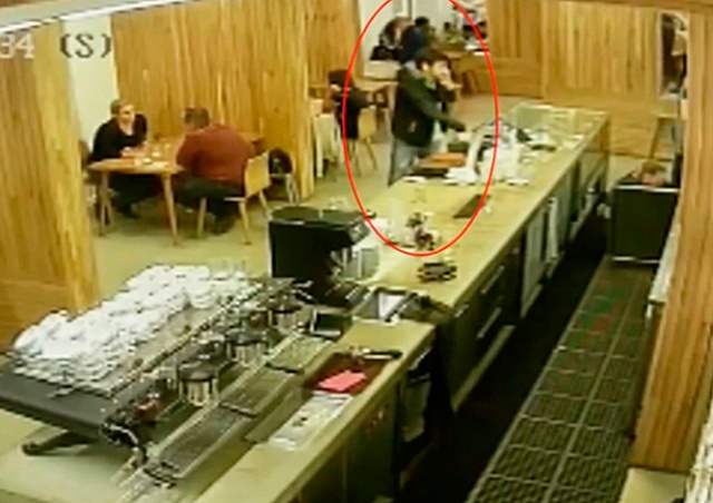 Неизвестный обокрал официанток в пражском кафе: видео