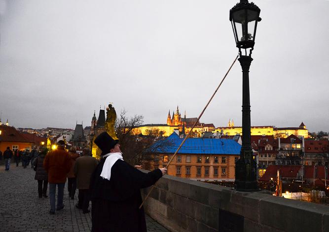 На Карловом мосту начнет работать фонарщик