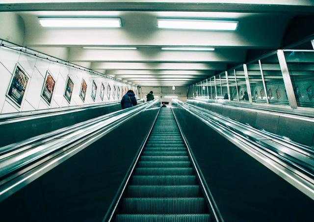 Из-за поломки эскалатора в Праге закрыли станцию метро