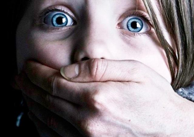Девушка дважды пыталась похитить чужих детей в пражском ТЦ: видео