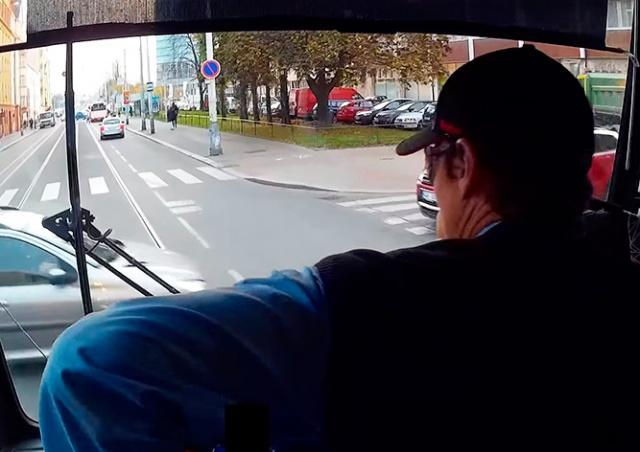 Столкновение трамвая с автомобилем в Праге попало на видео
