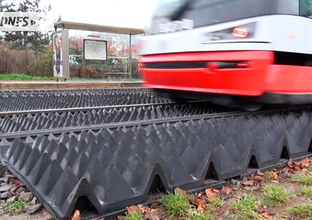 Мэрия Праги приказала убрать «полосу препятствий» с трамвайных путей