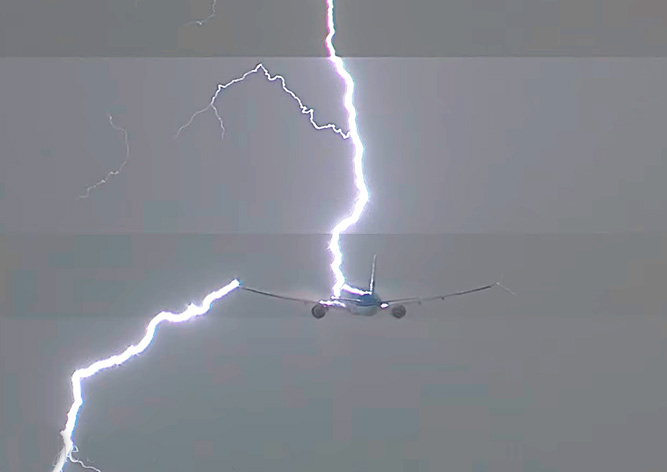 Свидетели сняли навидео, как молния угодила всамолет
