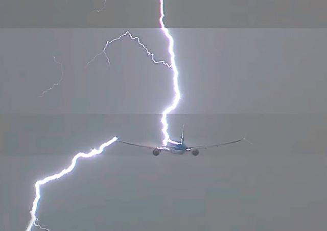 Молния ударила в самолет при взлете из Амстердама: видео