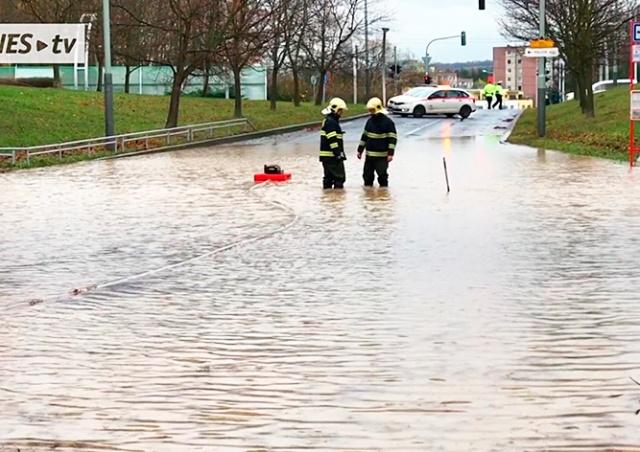 Тысячи пражан остались без воды из-за аварии: видео
