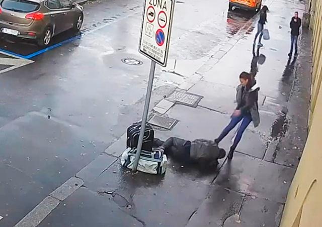 В Праге иностранка избила ногами пьяного мужчину: видео