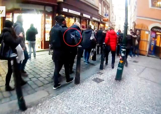 Скрытая камера запечатлела работу пражских карманников: видео