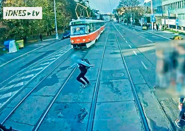 Видео: в Чехии школьник чудом не пострадал, попав под трамвай