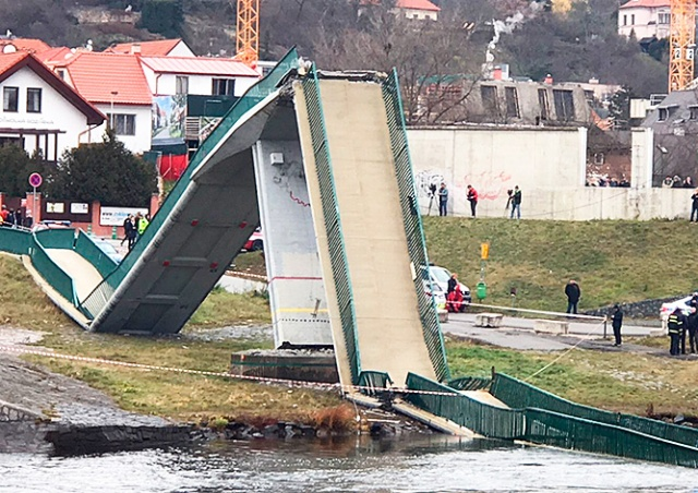 В Праге рухнул пешеходный мост через Влтаву: есть пострадавшие