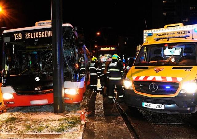 Трамвай столкнулся с автобусом в Праге
