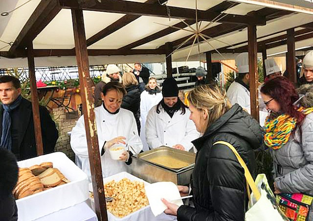 Мэр Праги угостила горожан рождественским супом: видео