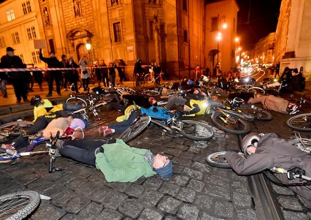 «Мертвые» велосипедисты заблокировали улицу в центре Праги