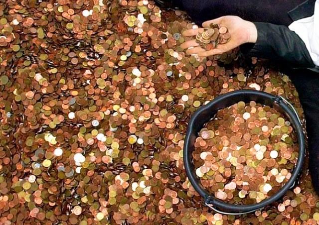 В Германии банковский служащий полгода считал принесенные 2,5 тонны монет