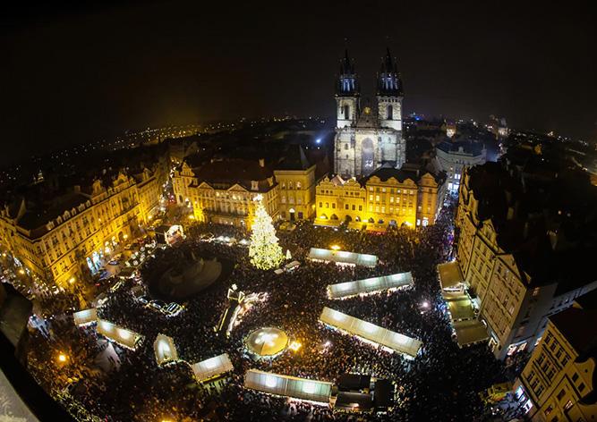 В Праге зажгли главную рождественскую ёлку Чехии: видео