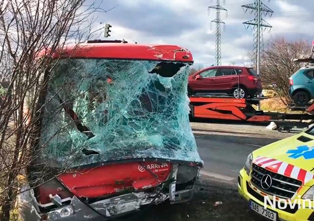 В Праге автобус столкнулся с грузовиком: 10 пострадавших