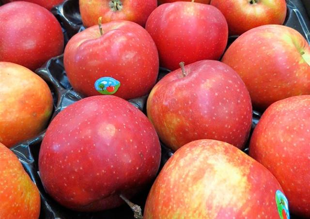 В чешские магазины попали опасные для здоровья яблоки