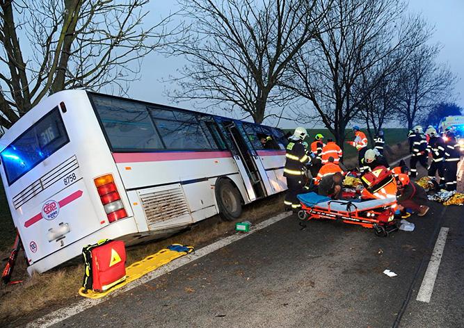 Под Прагой автобус врезался вдерево, трое погибших, десятки пострадавших
