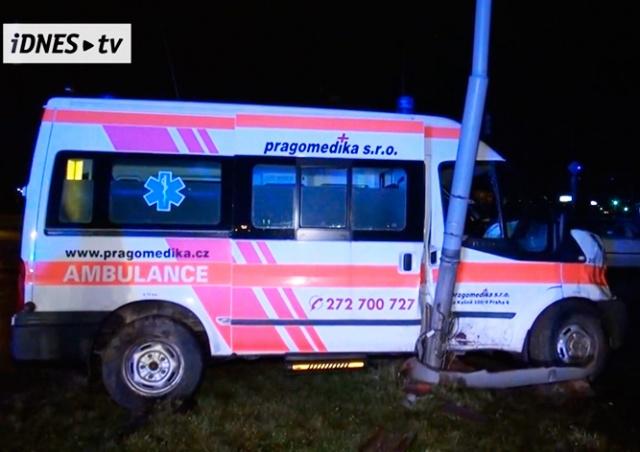 В Праге машина скорой помощи с беременной пациенткой попала в ДТП