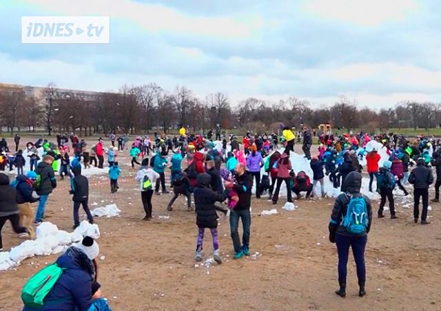 В Праге прошла массовая битва снежками: видео