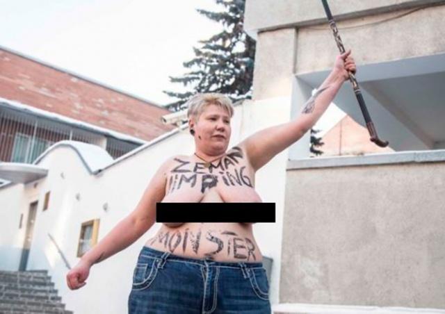 Протестовавшая против Земана активистка случайно разделась не в том месте
