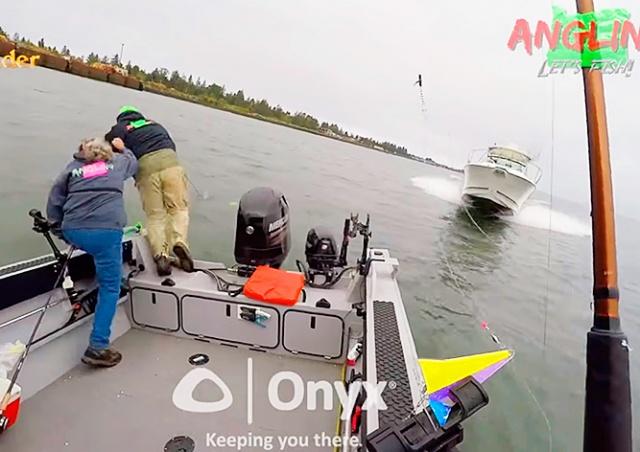 Рыбаки выпрыгнули из лодки за секунду до столкновения с катером: видео