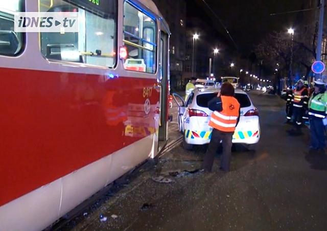 Трамвай столкнулся с полицейским авто в центре Праги: видео