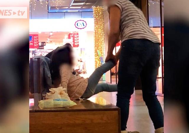 Полиция Чехии расследует инцидент с матерью, ударившей дочь ботинком: видео