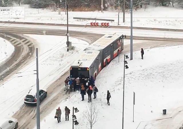 В Чехии пассажирам пришлось толкать автобус: видео