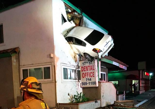 В Калифорнии пьяный водитель влетел во второй этаж здания