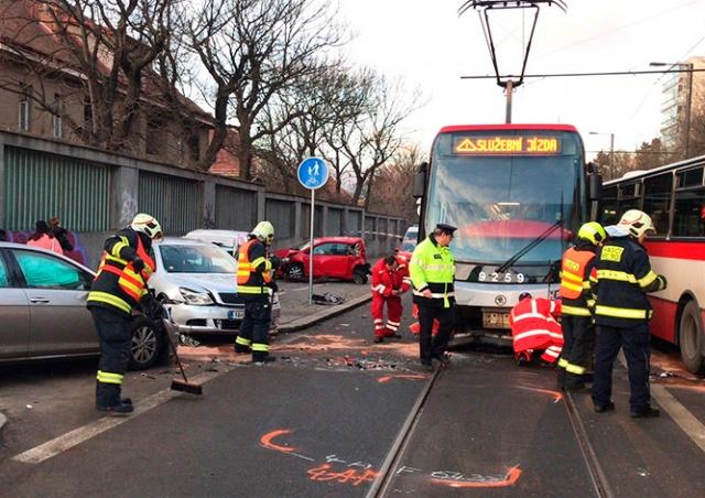 В Праге произошло массовое ДТП с участием трамвая